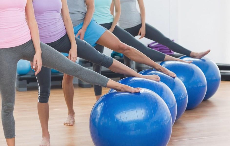 Fysiopilatestræning med terapibold ved fysioterapeut