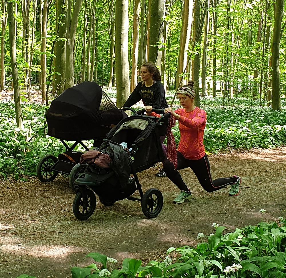 Mor træner med barnevogn i risskov ved fysioterapeut