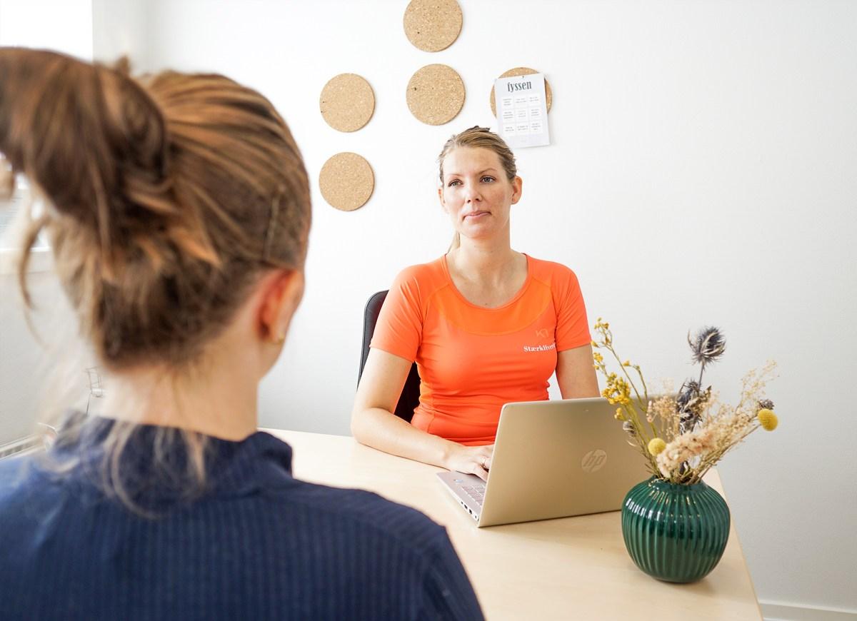 Fysioterapeut-har-samtale-med-klient-omhandlende-inkontinens