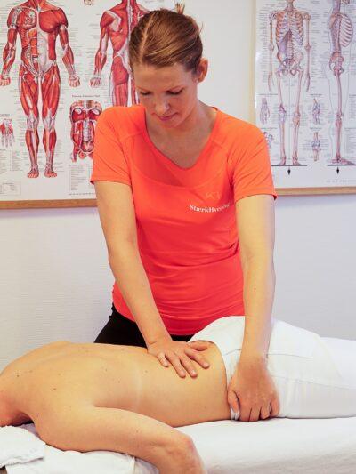 Fysioterapeut behandler kvinde med ondt i lænden (3)